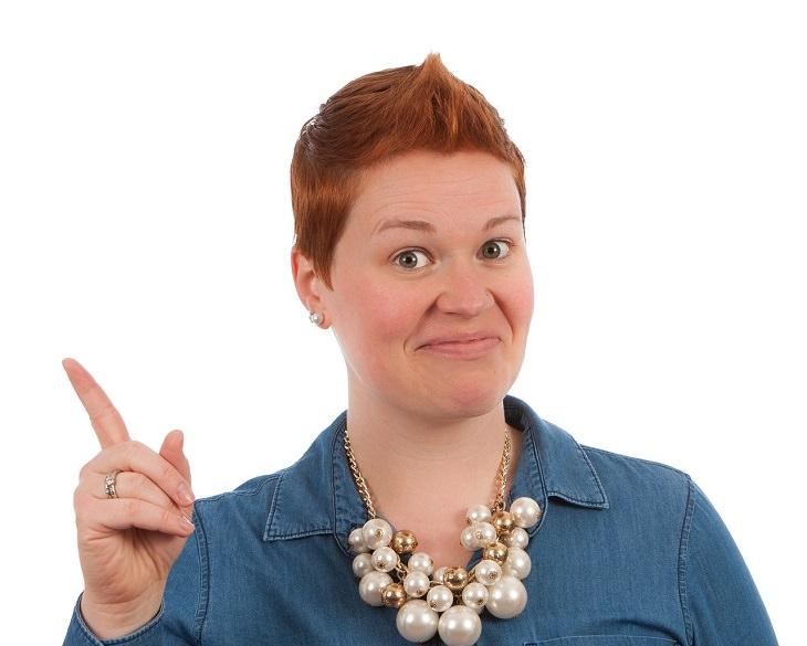 טריקים שעוזרים לקחת פיקוד במצבים בלתי נשלטים של הגוף: אישה מרימה את אצבעה ומחייכת