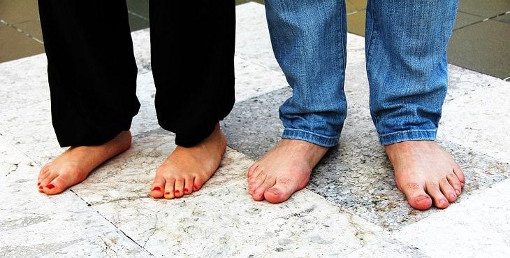 טיפול בפטרת ציפורניים: גבר ואישה יחפים