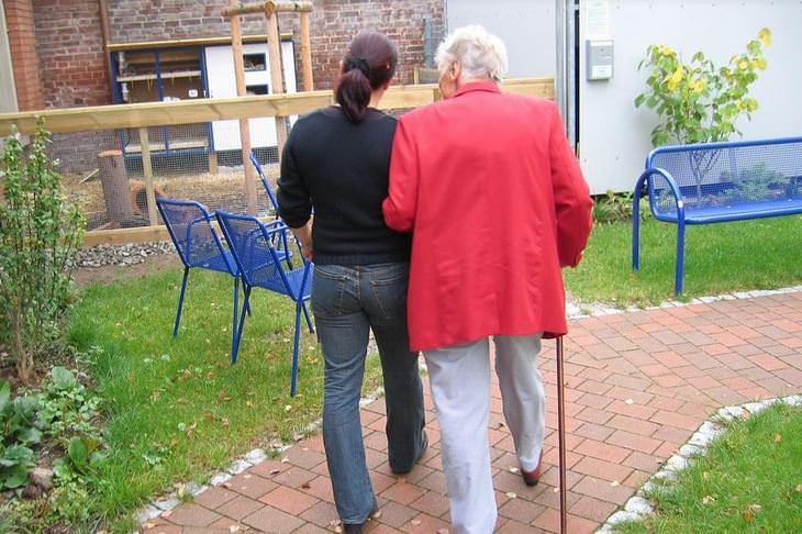 טיפים שיעזרו לכם להישאררגועים: אישה מלווה קשישה
