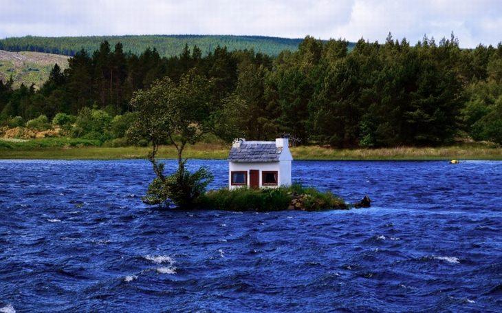בתים מיוחדים מרחבי העולם: בית על אי באמצע אגם