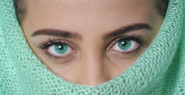 איך לדעת האם אדם משקר על פי תנועת העיניים שלו: אישה שפניה מוסתרות למעט עיניה