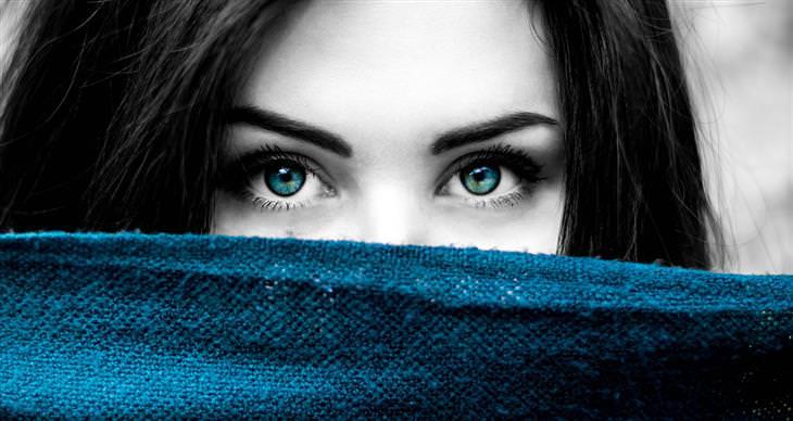 איך לדעת האם אדם משקר על פי תנועת העיניים שלו: אישה שפניה מוסתרים למעט עיניה
