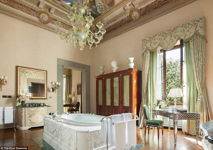 """חדרי מקלחת מיוחדים בבתי מלון: חדר האמבט במלון """"ארבע העונות"""""""