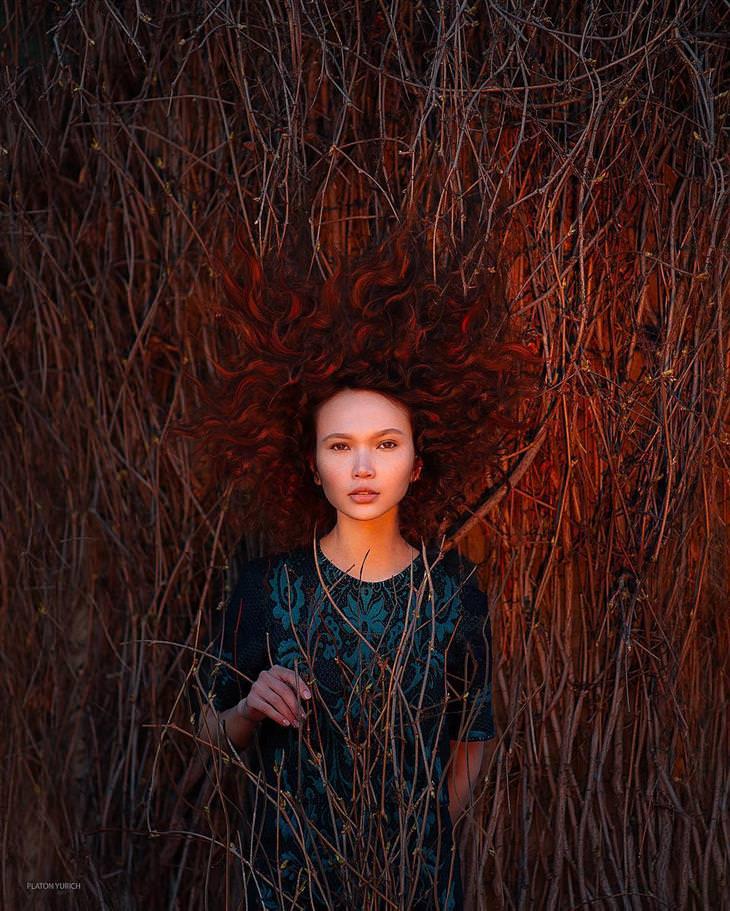 יצירותיו של האמן פלטון יוריך: ילדה ג'ינג'ית שוכבת בתוך שדה כתום
