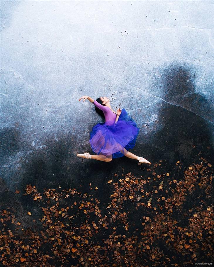 יצירותיו של האמן פלטון יוריך: רקדנית קופצת על רקע קיר שמתחתיה עלי שלכת