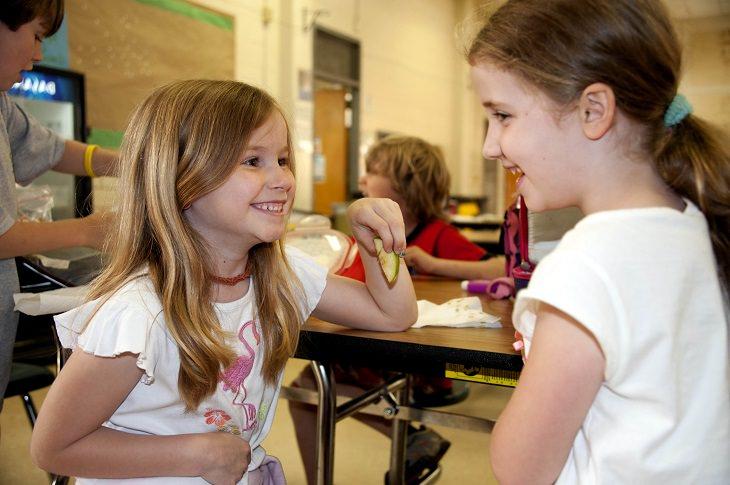 תזונאים מגלים אילו מאכלים הם אורזים לילדיהם לבית הספר: תלמידות בית ספר יושובת זאת לצד זאת ומשוחחות