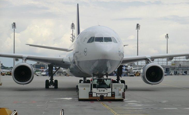 מדריך לטיסות לואו קוסט: מטוס חונה על מסלול נחיתה בנמל תעופה