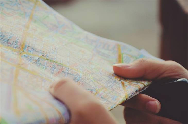 סימנים שאתם לא עושים את מה שאתם רוצים: אישה מחזיק מפה