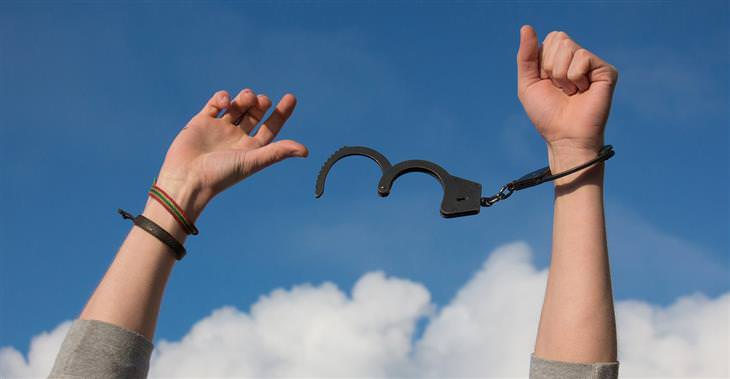 דברים שמונעים מכם אושר: ידיים של איש שמשתחררות מאזיקים