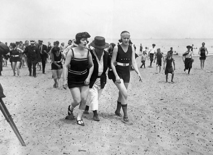 תמונות היסטוריות: נשים מורחקות מחוף הים של שיקאגו, אילינוי בשנת 1922, בעקבות לבישת בגד ים חושפני מדי