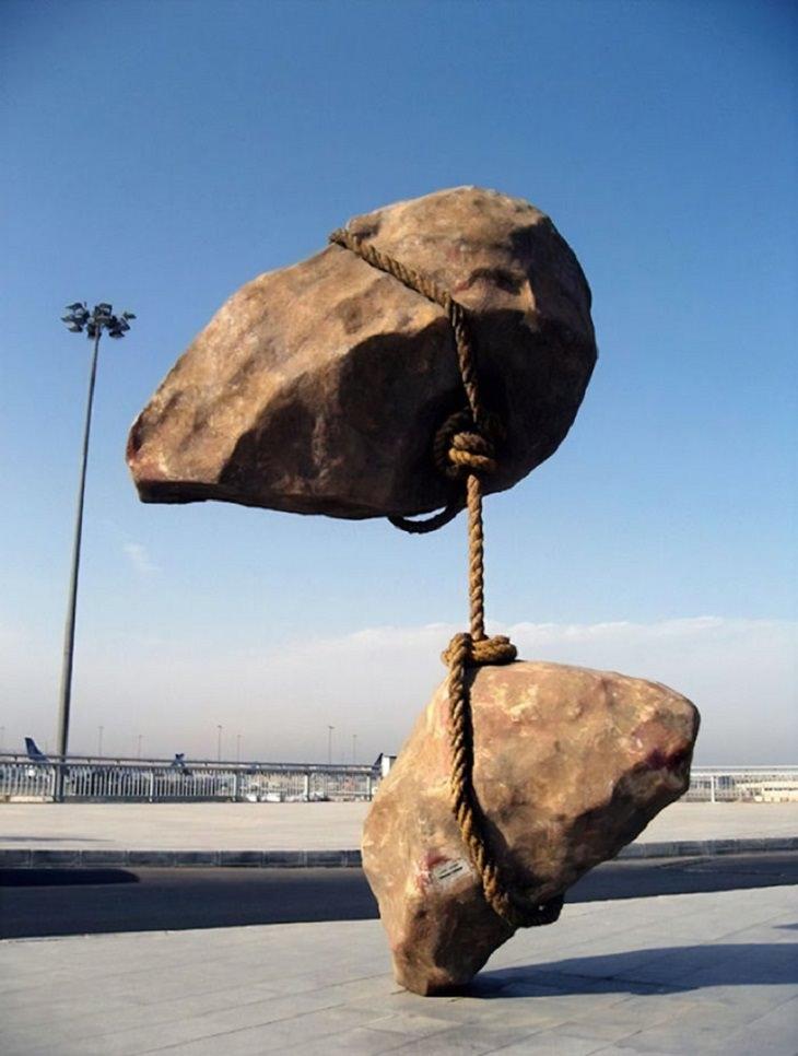 """פסלים שקוראים תיגר על כוח המשיכה: פסל """"אבן מרחפת"""""""