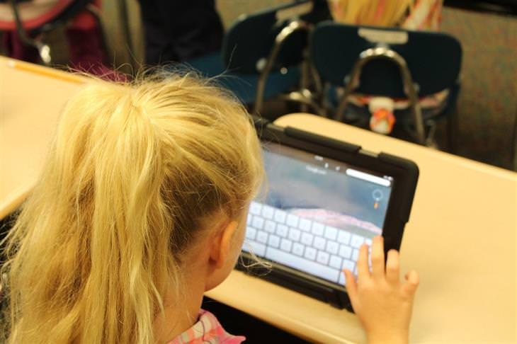 אתר משחקים ולומדים: ילדה כותבת בטאבלט