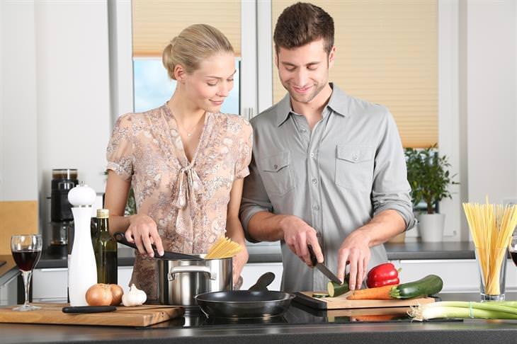 בדיחת האישה והסוטה: גבר ואישה חותכים ירקות במטבח