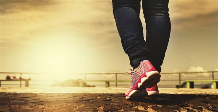 תרגילי כושר לאחר היריון: תקריב לנעלי ריצה של אישה
