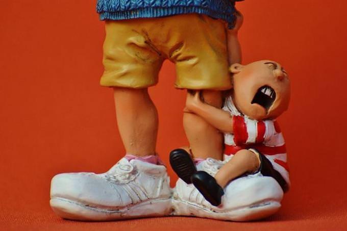 בובת ילד אוחזת ברגל