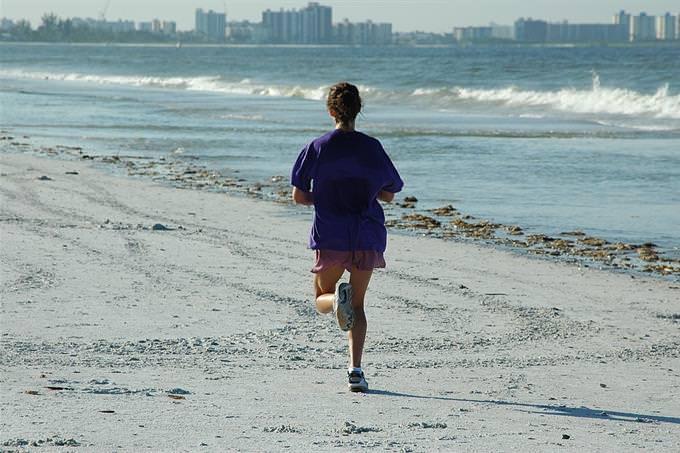 מבחן חברות: אישה רצה על החוף