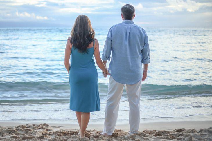 עקרונות וטיפים להצלת זוגיות: זוג עומד על חוף הים