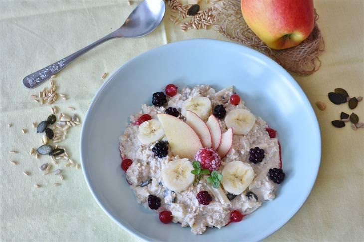 סיבות לכך שהדיאטה לא עובדת: שיבולת שועל עם פירות