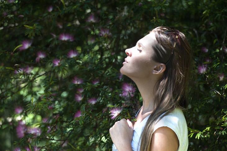 נשימה מודעת: אישה שואפת אוויר בטבע