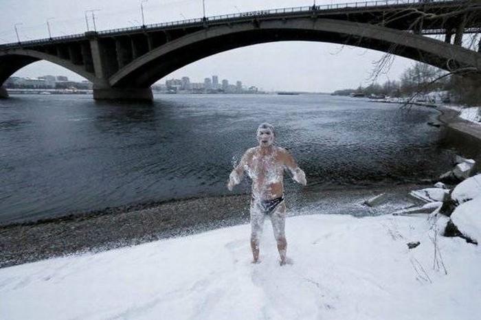 דברים מצחיקים שרואים ברוסיה: איש ערום מכוסה בשלג ליד נהר