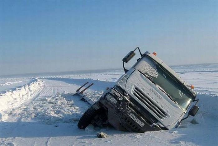 דברים מצחיקים שרואים ברוסיה: משאית שקועה בשלג