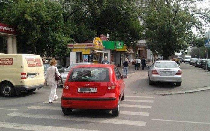 דברים מצחיקים שרואים ברוסיה: מכונית ואישה על מעבר חצייה