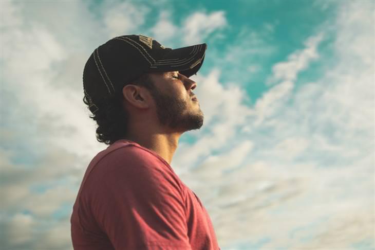נשימה מודעת: איש שואף אוויר תחת השמים הפתוחים