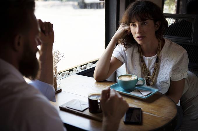 איזה רושם ראשוני אתה יוצר: אישה וגבר יושבים בבית קפה