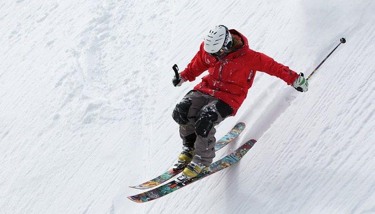 הטיות לוגיות שחשוב לזהות: אדם גולש במורד מדרון סקי תלול