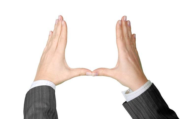 גורמים מוכחים מדעית לאינטליגנציה גבוהה: אישה פורשת את כפות ידיה ומצמידה את בהונותיה