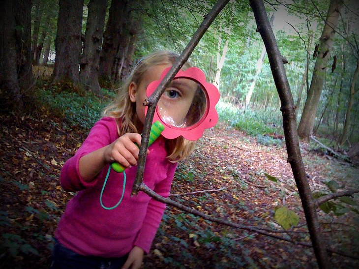 מחקרים עדכניים על הורות: ילדה עם זכוכית מגדלת