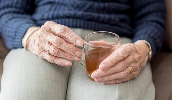 עצות לחיים מחולת סרטן בת 90: אישה קשישה מחזיקה כוס תה