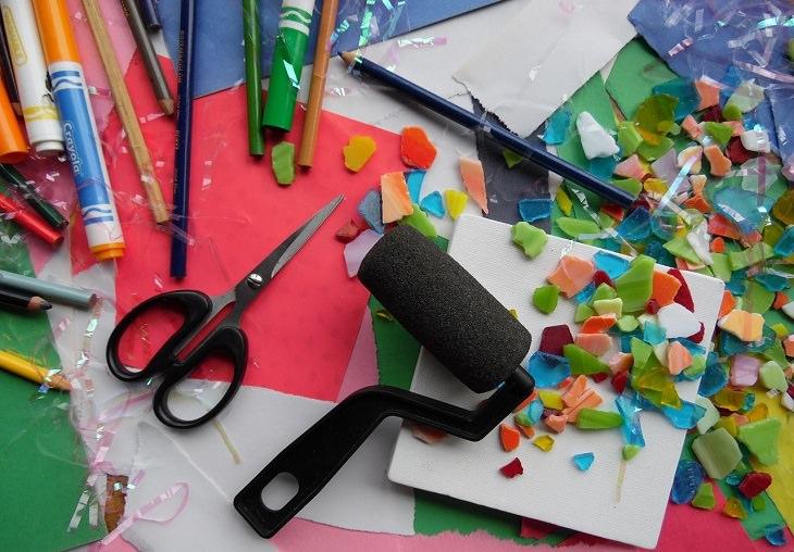 יצירות DIY: שולחן עם חומרי יצירה מפוזרים