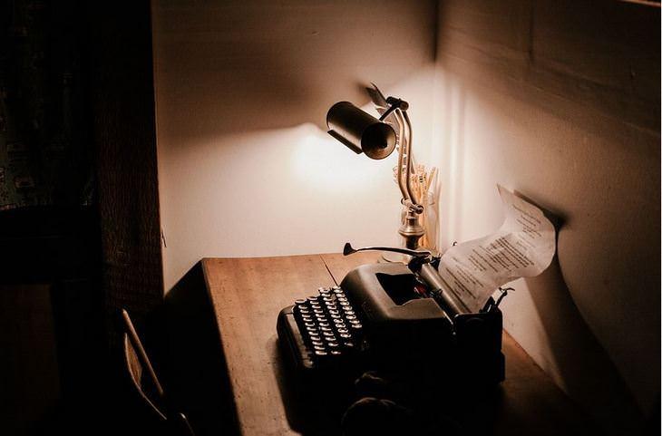 תגליות מדעיות: מכונת כתיבה ומנורה