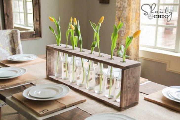 יצירות DIY: סידור פרחים מבקבוקים ועץ במרכז שולחן אוכל