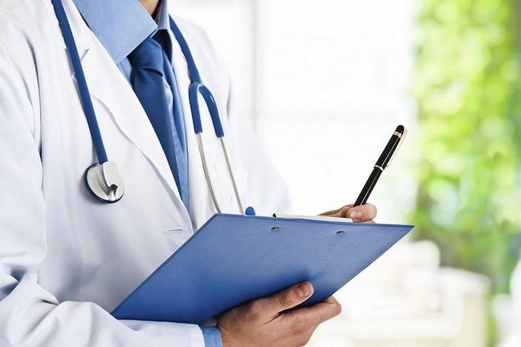 בדיקות בריאות: רופא עם סטטוסקופ ולוח