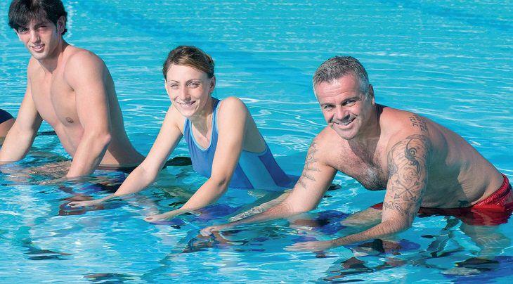 תרגילי הידרותרפיה: אנשים בבריכה