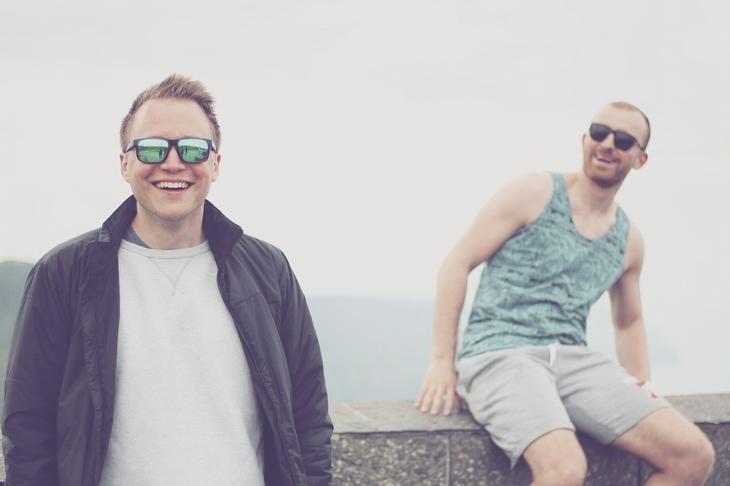 סיבות מדעיות לבגידה: שני גברים מחוייכים ברחוב