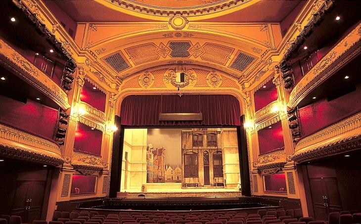 שיר משעשע על גיל הזהב: אולם תיאטרון