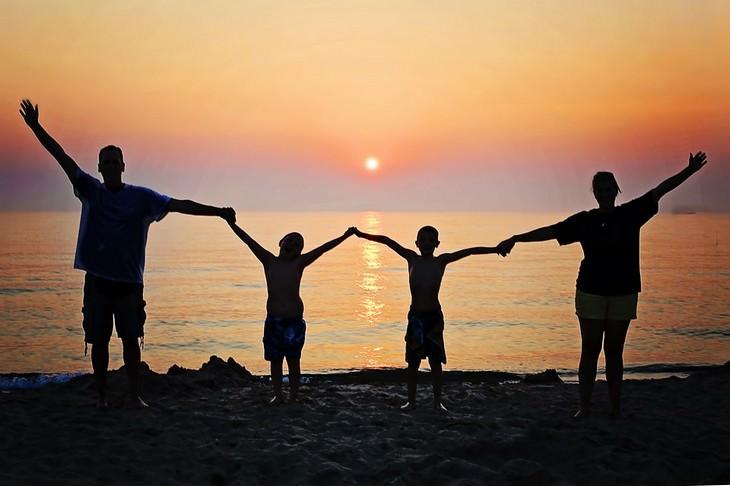 רגלים בריאים לחיים טובים: משפחה על חוף הים