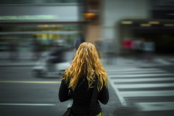 רגלים בריאים לחיים טובים: אישה צעירה בעיר הומה