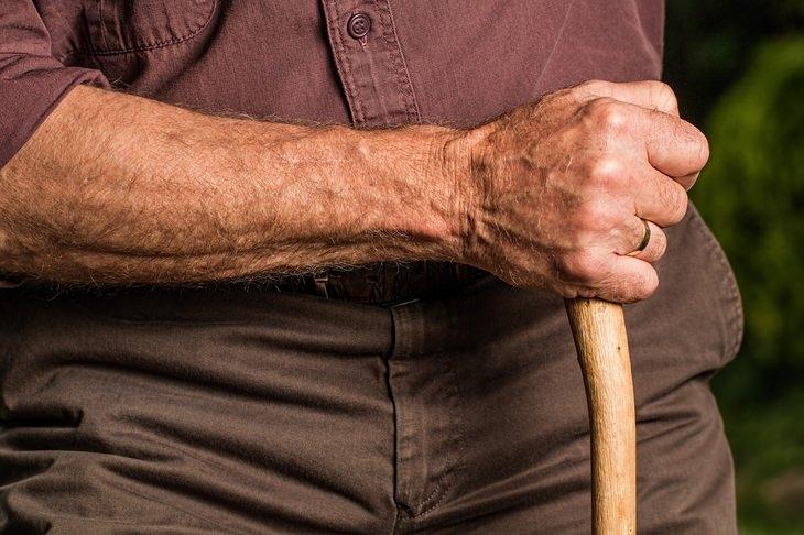 מחקר על הקשר בין בריאות וקשר משפחתי בגיל הזהב: גבר מבוגר מחזיק מקל הליכה