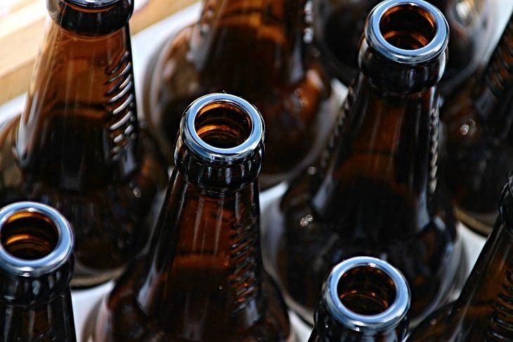 מאכלים שמזיקים לשיער: בקבוקי בירה
