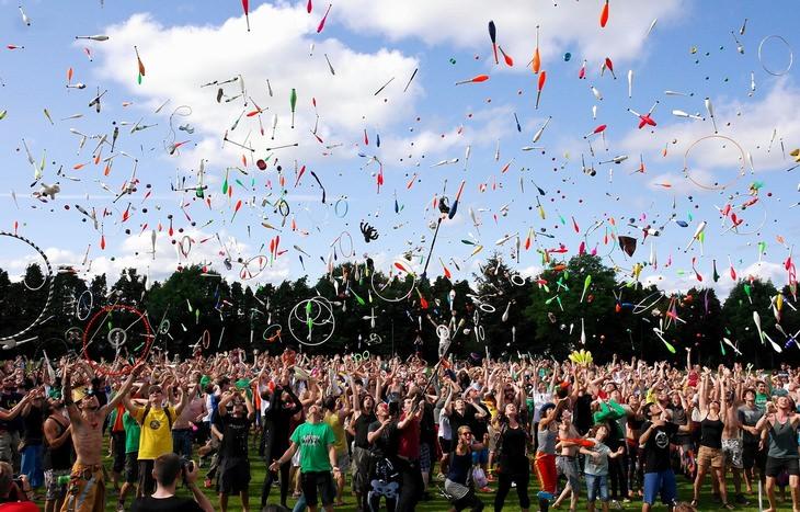 פעילויות של יום מעשים טובים: קהל גדול של אנשים עושים ג'אגלינג בפארק