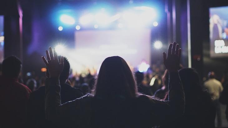 פעילויות של יום מעשים טובים: קהל מול במת הופעות