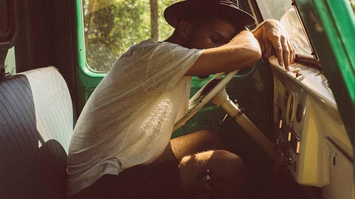 טיפול בנזלת אלרגית: איש ישן בתוך מכונית
