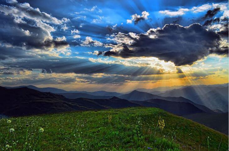 אושר במספרים: נוך הרים עם ענן שמכסה את השמש