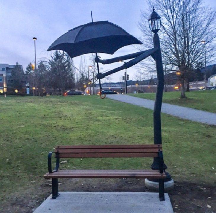 המצאות גאוניות: עמוד תאורה שמחזיק מטרייה