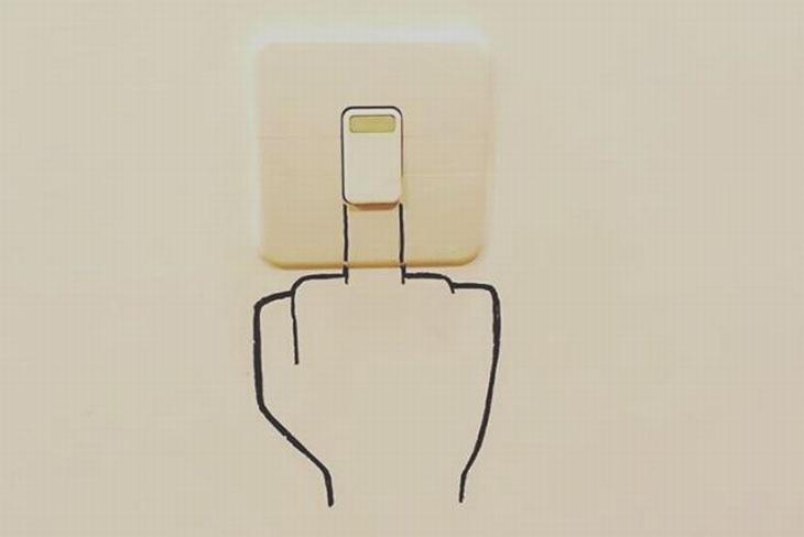 ציורים מינימליסטיים מקסימים: מתג אור שציירו תחתו יד, כך שהוא נראה כמו אצבע משולשת