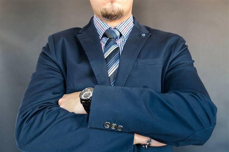ארבעת סוגי הבוסים: איש בחליפה עם ידיים שלובות